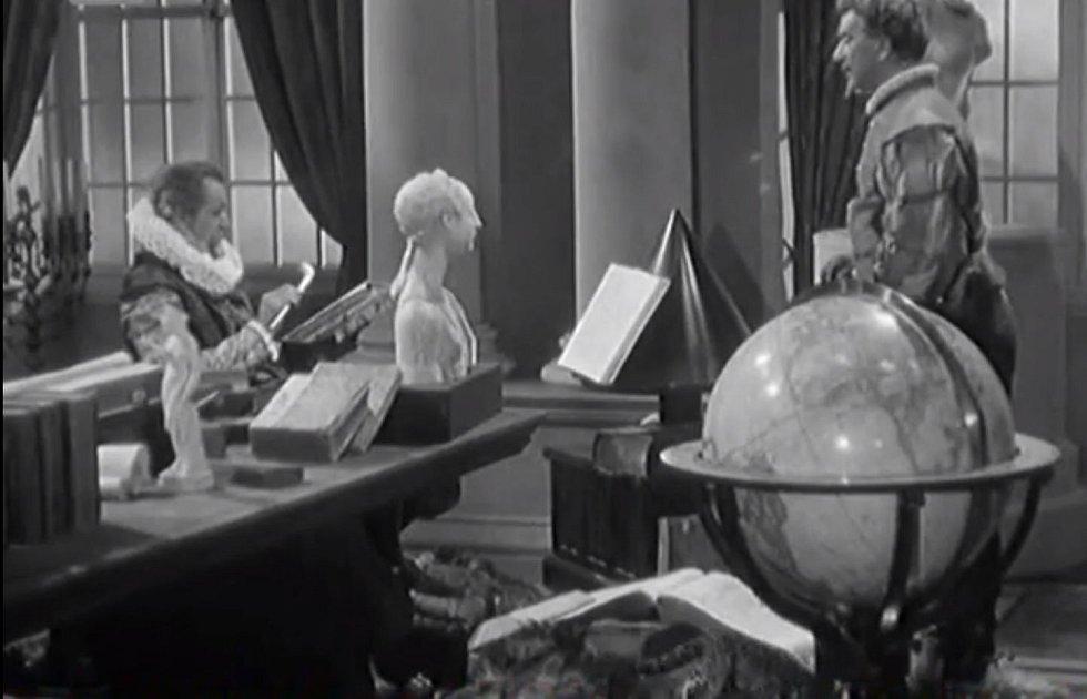 Císař Rudolf II. vrací Mikuláši Dačickému jeho dýmku a bezděky prozradí, že neřest kouření s ním sdílí. Ikonická scéna z filmu Cech panen kutnohorských