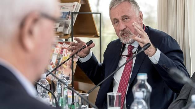 Mirek Topolánek (vpravo) v ostřejší debatě s Jiřím Drahošem.
