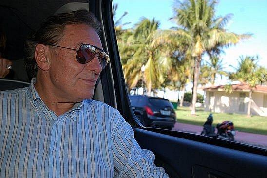 Karel Gott sedí v limuzíně a přijíždí k hotelu Plaza na Floridě