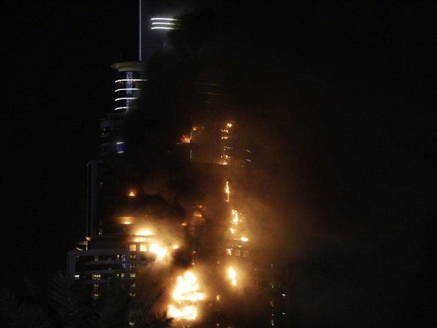 Několik hodin před začátkem novoročních oslav zachvátil budovu luxusního hotelu Address Downtown v centru Dubaje rozsáhlý požár.