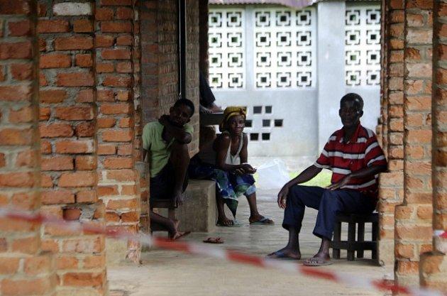 Lidé s podezřením na nákazu čekají na vyšetření.