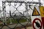 Dobrou zprávu ve čtvrtek přinesl domácnostem Energetický regulační úřad. Cenu za distribuci elektřiny až do domu sice zdraží, ale ne o tolik. Distributoři naopak svou část ceny budou zlevňovat. Lidé tak budou proud levnější v průměru o 3,6 procenta.