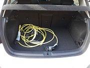 Elektromobil Volkswagen e-Golf, dobíjecí kabely jsou nezbytná výbava