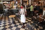 Servírka v roušce v pařížské restauraci na snímku z 15. června 2020