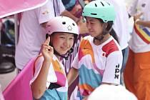 Olympijská vítězka ve skateboardingu Momidži Nišijová (vlevo) s bronzovou krajankou Funou Nakajamovou.