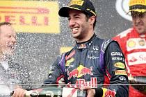 Red Bull? Kdepak, pravé šampaňské. Šampiona Ricciarda zezadu skrápí druhý Fernando Alonso z Ferrari (v červeném).