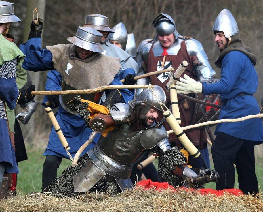 Připomínka křížových výprav v Dohalicích na Královéhradecku. Více jak 130 účastníků se představilo v rekonstrukci husitské bitvy.