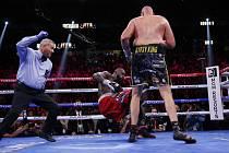 Britský boxer Tyson Fury (vpředu) a knokautovaný Deontay Wilder z USA v duelu o pás šampiona těžké váhy organizace WBC v Las Vegas.