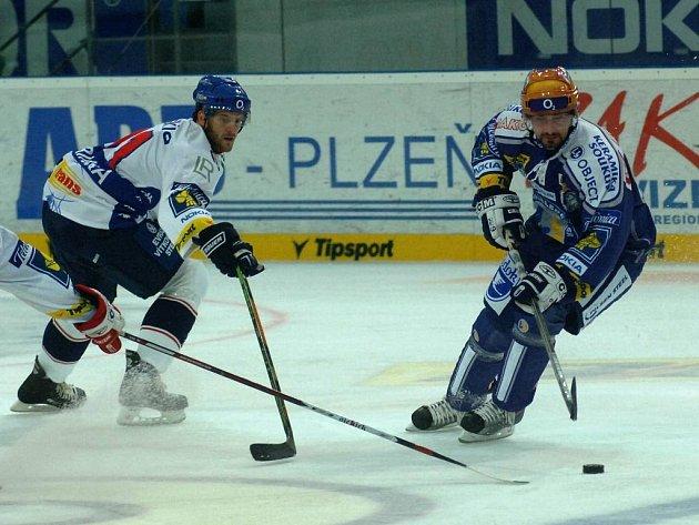 Kapitán hokejového Lasselsbergeru Plzeň Tomáš Divíšek (vpravo) se snaží obejít vítkovického obránce Michala Barinku. Plzeň vstup do sezony zvládla a zvítězila 5:4 po samostatných nájezdech.