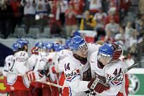 Petr Vampola (vlevo) a Miroslav Blaťák se radují z vítězství nad Kanadou a postupu českého týmu do čtvrtfinále.