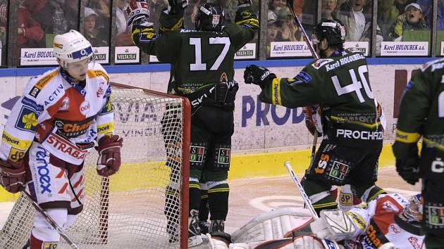 Hokejisté Karlových Varů se radují z jediného gólu proti Slavii. Postral se o něj František Skladaný.