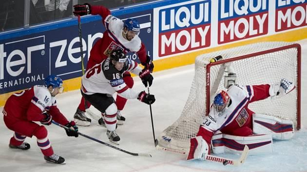 Zleva český reprezentant Michal Birner, Mitch Marner z Kanady a Michal Kempný a brankář Petr Mrázek z ČR.