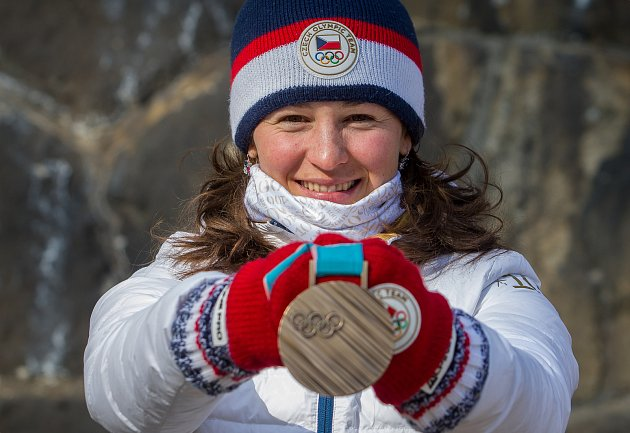 Česká reprezentantka v biatlonu Veronika Vítková s bronzovou medailí ze zimních olympijských her v Pchjongčchangu. Snímek je z 2. března.