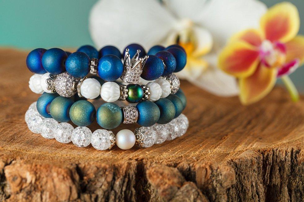 """Příroda má svá pravidla, která by se neměla měnit,"""" upozorňuje šperkařka Lucie Šubertová. Polodrahokamy dokážou pomoci, ale také ublížit. Například lidé s kardiostimulátorem by neměli nosit hematit, protože je slabě magnetický."""