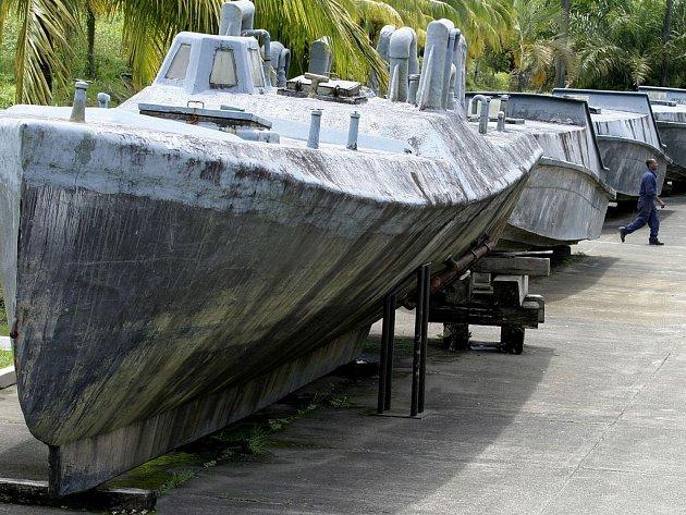 Flotila pašeráckých miniponorek zadržených kolumbijskou pobřežní stráží.