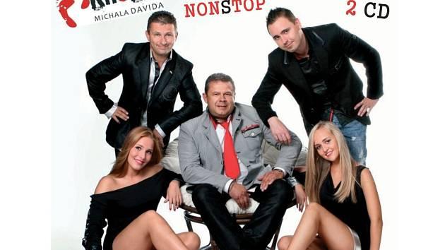 KROKY MICHALA DAVIDA. Zprava David Laštovka, Roman Andrlík a Petr Dick s tanečnicemi Lenkou Kazeckou a Natali Galyuk.