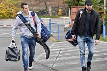 Útočníci Dominik Kubalík (vlevo) a Roman Horák přicházejí na sraz reprezentace