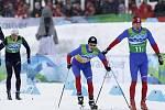 Lukáš Bauer (vpravo) předává štafetu v olympijském závodu ve Vancouveru Jiřímu Magálovi.