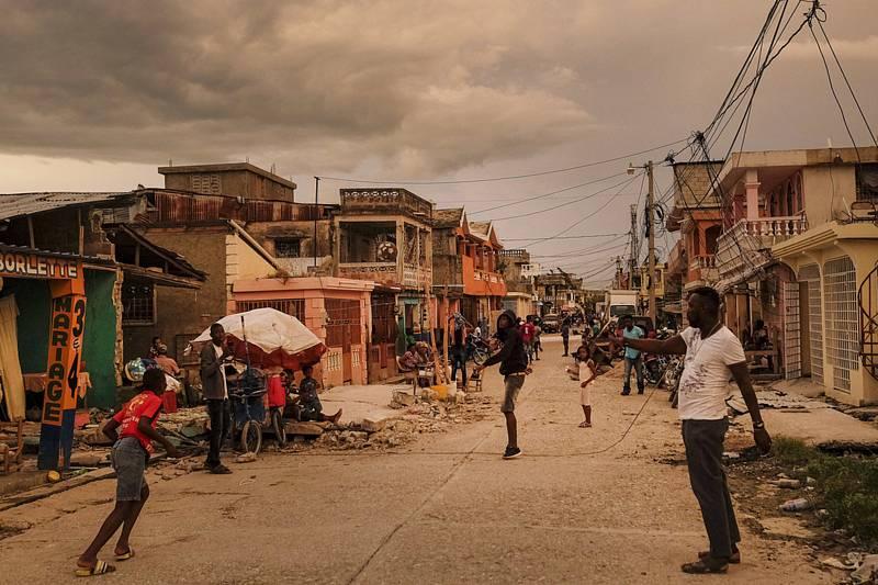 Domy poškozené zemětřesením na ulici ve městě Les Cayes na Haiti, 16. srpna 2021