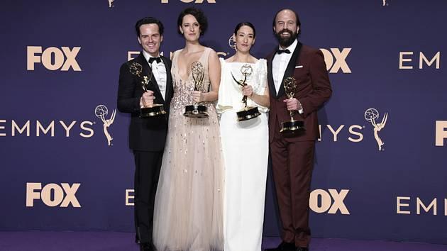Zleva Andrew Scott, Phoebe Waller-Bridgeová, Sian Cliffordová a Brett Gelman s cenami Emmy za komediální seriál Potvora (Fleabag)