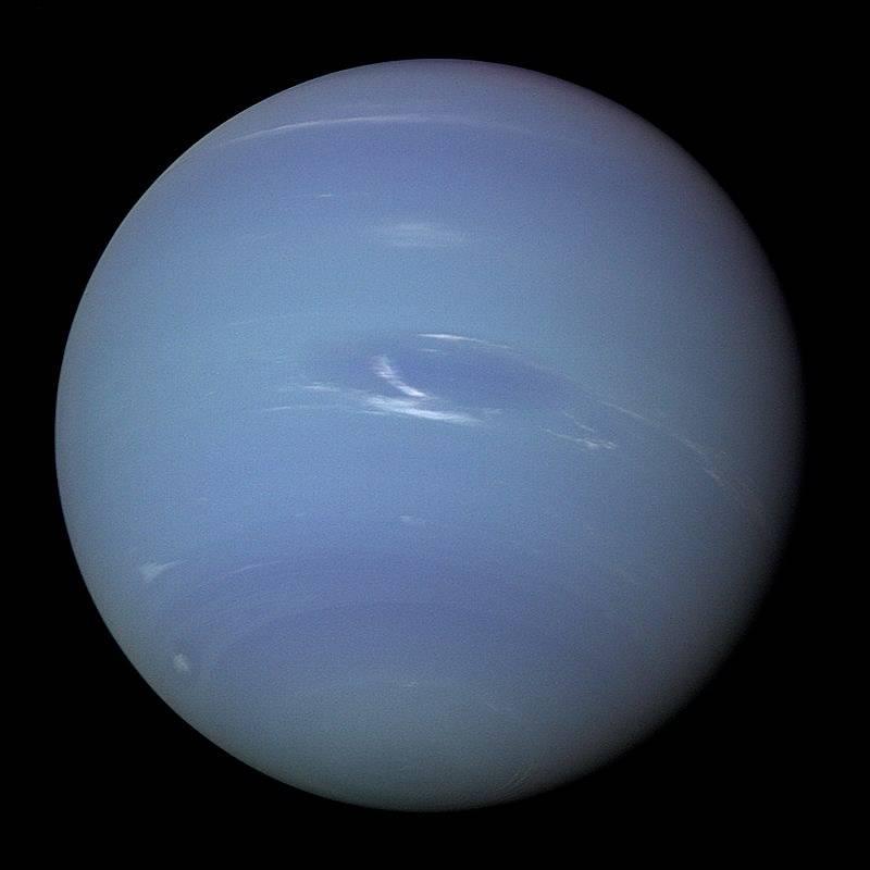 Neptun vyfocený sondou Voyager 2, jedinou, která planetu navštívila. Snímek pochází z roku 1989.