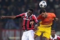 Dani Alves z Barcelony v souboji s Muntarim z AC Milán.