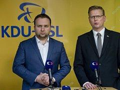 Předseda KDU-ČSL a místopředseda vlády Pavel Bělobrádek (vpravo) a 1. místopředseda strany a ministr zemědělství Marian Jurečka.