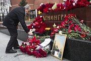 Lidé v Petrohradu nosí květiny na místo útoku.
