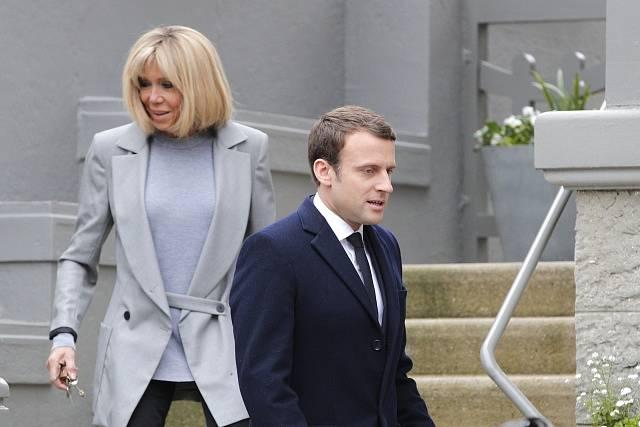 Emanuel Macron se svou o 24 let starší chotí Brigitte