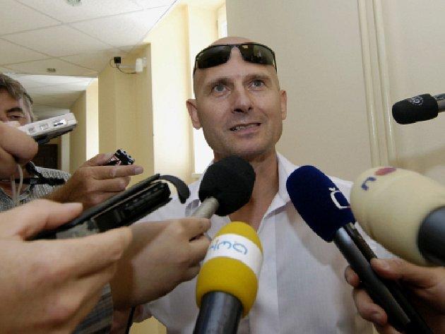 Odsouzený Pavel Šrytr hovoří s novináři po jednání Krajského soudu v Hradci Králové, který 23. srpna kvůli drobné nepřesnosti zrušil rozsudek semilského okresního soudu.