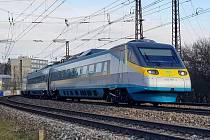 Elektrická vlaková jednotka řady 680 Pendolino na trati u České Třebové.