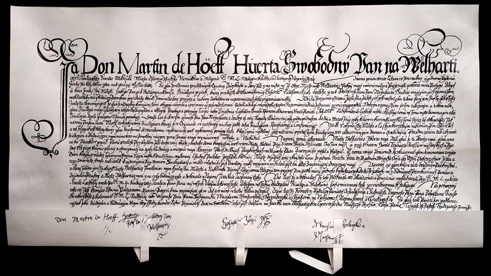 Markéta Poskočilová zrekonstruovala Privilegium svobodného pána Martina de Hoeff-Huerta pro městečko Velhartice ze 4. března 1631. Věnuje se nejen historickým textům, ale i středověké malbě.