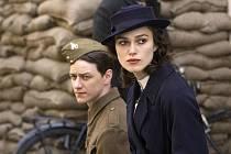 Rozdělení milenci. Začínající lásku Cecilie (Keira Knightleyová) a Robbieho (James McAvoy) brzy rozdělí jedna sobecká lež a jedna bezohledná válka.
