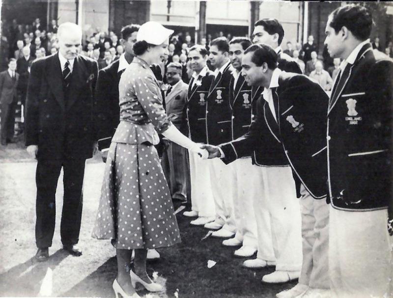 Královna Alžběta za svůj život procestovala asi 116 zemí, nejvíce ze všech členů královské rodiny, ačkoli nevlastní pas. Navíc, jako jediná ze všech občanů, nemusí mít na autě doklad o povolení k řízení. Královská milost zkrátka nemusí...