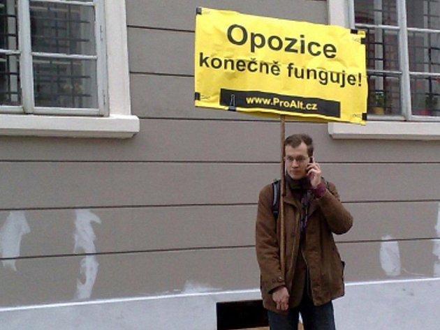 Jeden z příznivců hnutí ProAlt, kteří vyjadřovali podporu obstrukčním aktivitám sociální demokracie, jež blokuje snahu vlády prosadit reformní zákony.