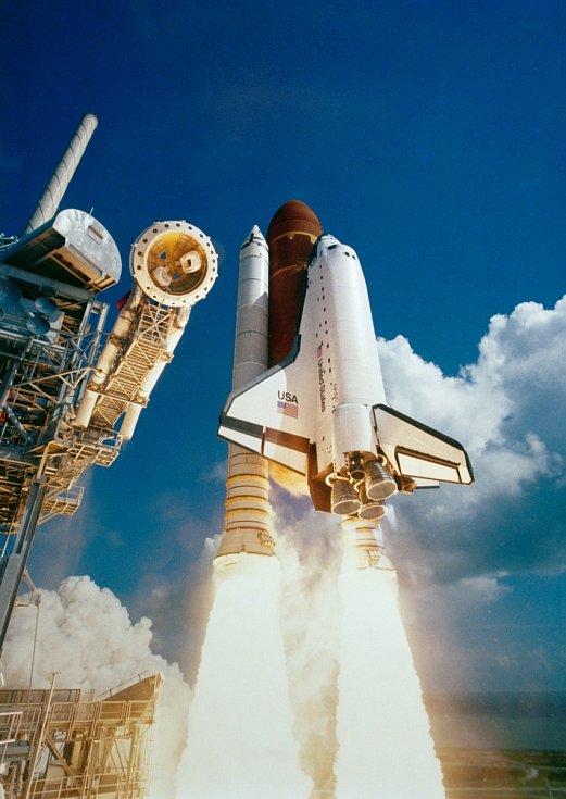 Raketoplán Atlantis při startu z Kennedyho vesmírného střediska.