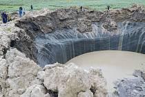 Kráterů, proláklin a trhlin v zemi vznikly v souvislosti s táním permafrostu na Sibiři už stovky.