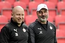 Zdeněk Houštecký a Jindřich Trpišovský - Hlavní trenér fotbalistů pražské Slavie Jindřich Trpišovský (vpravo) a jeho asistent Zdeněk Houštecký.