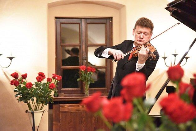 Závěrečný koncert zcyklu Sukův hudební Štiřín zaznamenal rekordní účast. Na snímku houslista Ivan Ženatý.