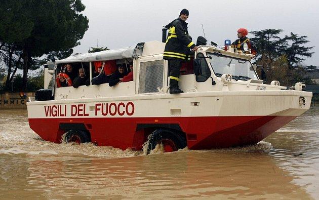 Italští hasiči v obojživelném vozidle. Ilustrační foto.