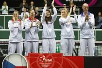 Český fedcupový tým (zleva) Andrea Hlaváčková, Lucie Hradecká, Lucie Šafářová, Petra Kvitová a kapitán Petr Pála se radují z triumfu ve Fed Cupu.
