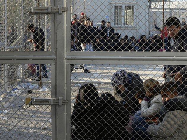 Turecko zatýká uprchlíky a násilím je vrací do oblastí válečných konfliktů. Tvrdí to zpráva Amnesty International.