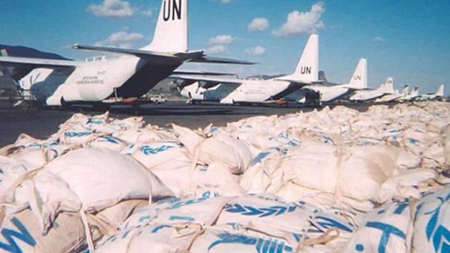 Letadla OSN s potravinovou pomocí.