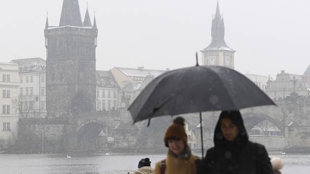 Deštivé počasí v zimní Praze. Ilustrační snímek