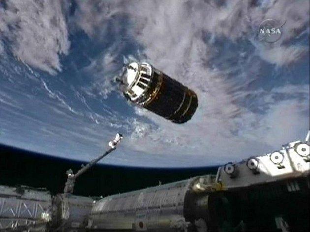 Japonská bezpilotní vesmírná loď HTV-1 přistává u modulu Harmony Mezinárodní vesmírné stanice.