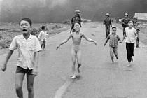 Slavná fotografie nahé vietnamské dívky popálené napalmem za vietnamské války.