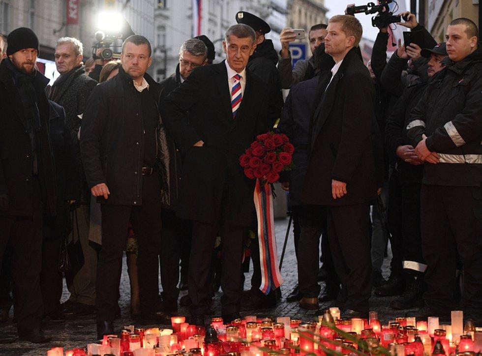 Premiér Andrej Babiš (uprostřed) položil 17. listopadu 2019 kytici na Národní třídě v Praze při příležitosti 30. výročí sametové revoluce