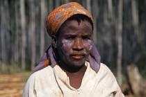 Lesní dělnice s ochranným make-upem proti komárům.