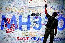 Na letišti v Kuala Lumpur stále přibývají vzkazy podpory pro blízké zmizelých účastníků letu.