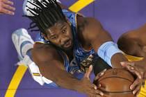 Hráč Denveru Nuggets Brazilec Nene získal míč v utkání s Los Angeles Lakers.